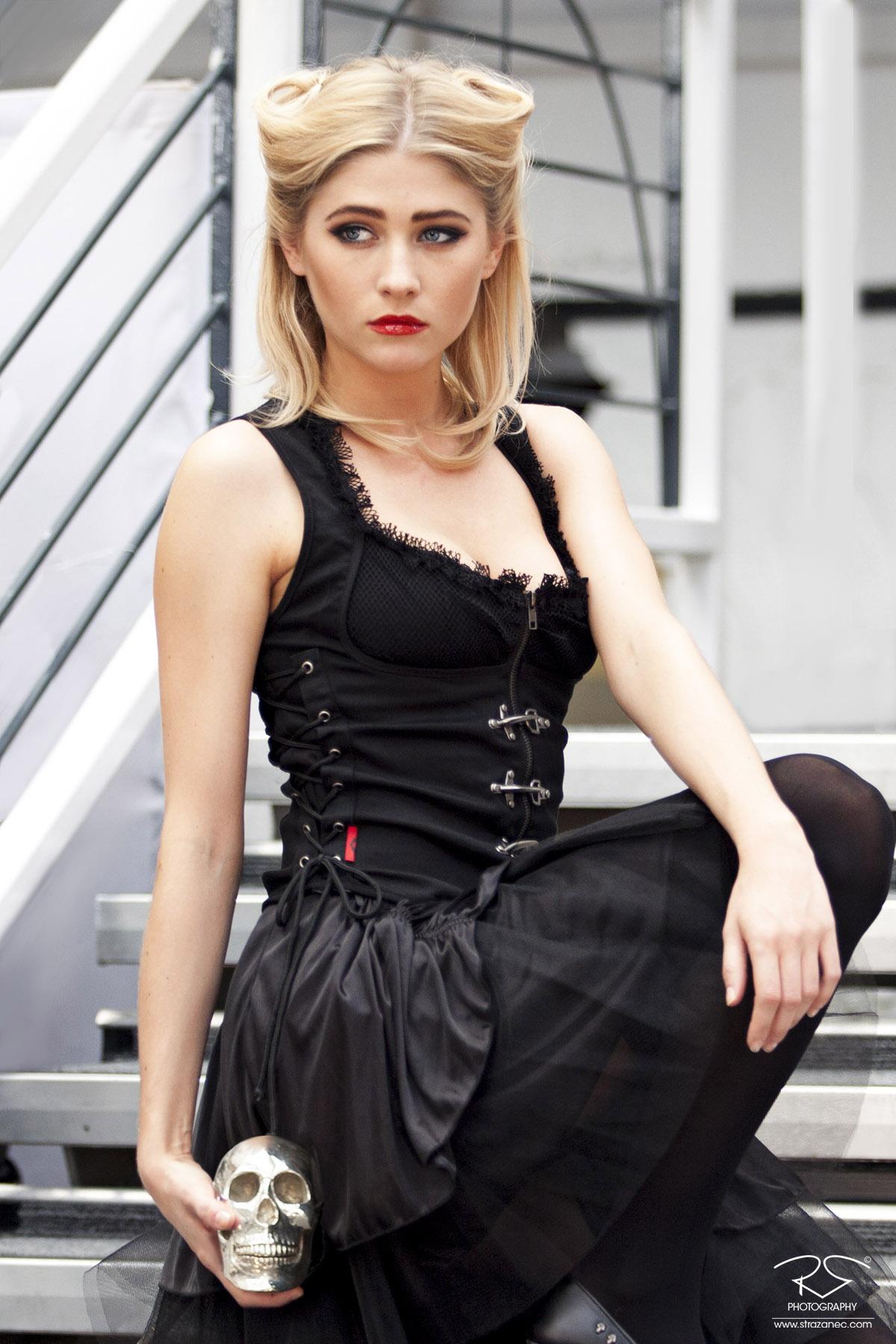 strazanec photography - london edge 2014 blonde girl with skull 02